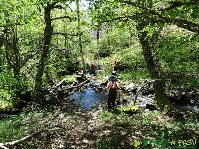 Ruta al Mustallar: Cruzando arroyo