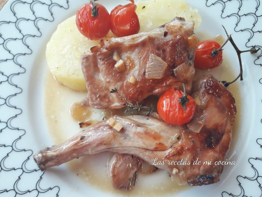 Conejo con tomillo, patatas y tomates cherrys al horno