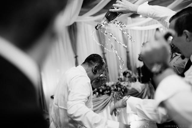 mirklis kāzu svinības šampānietis