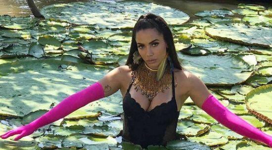 imagem do clipe de Anitta em que a cantora está entre vitória-régias