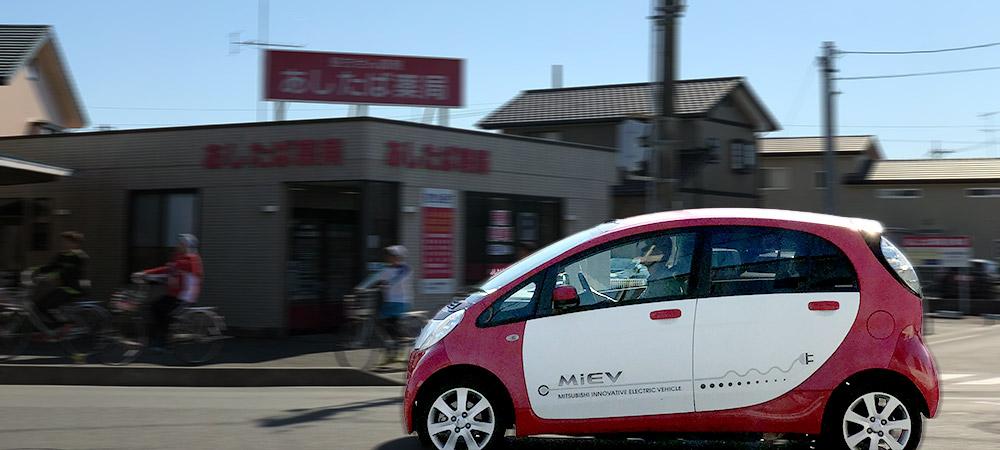 市街地を走る三菱自動車 i-MiEV(2019年11月16日撮影)