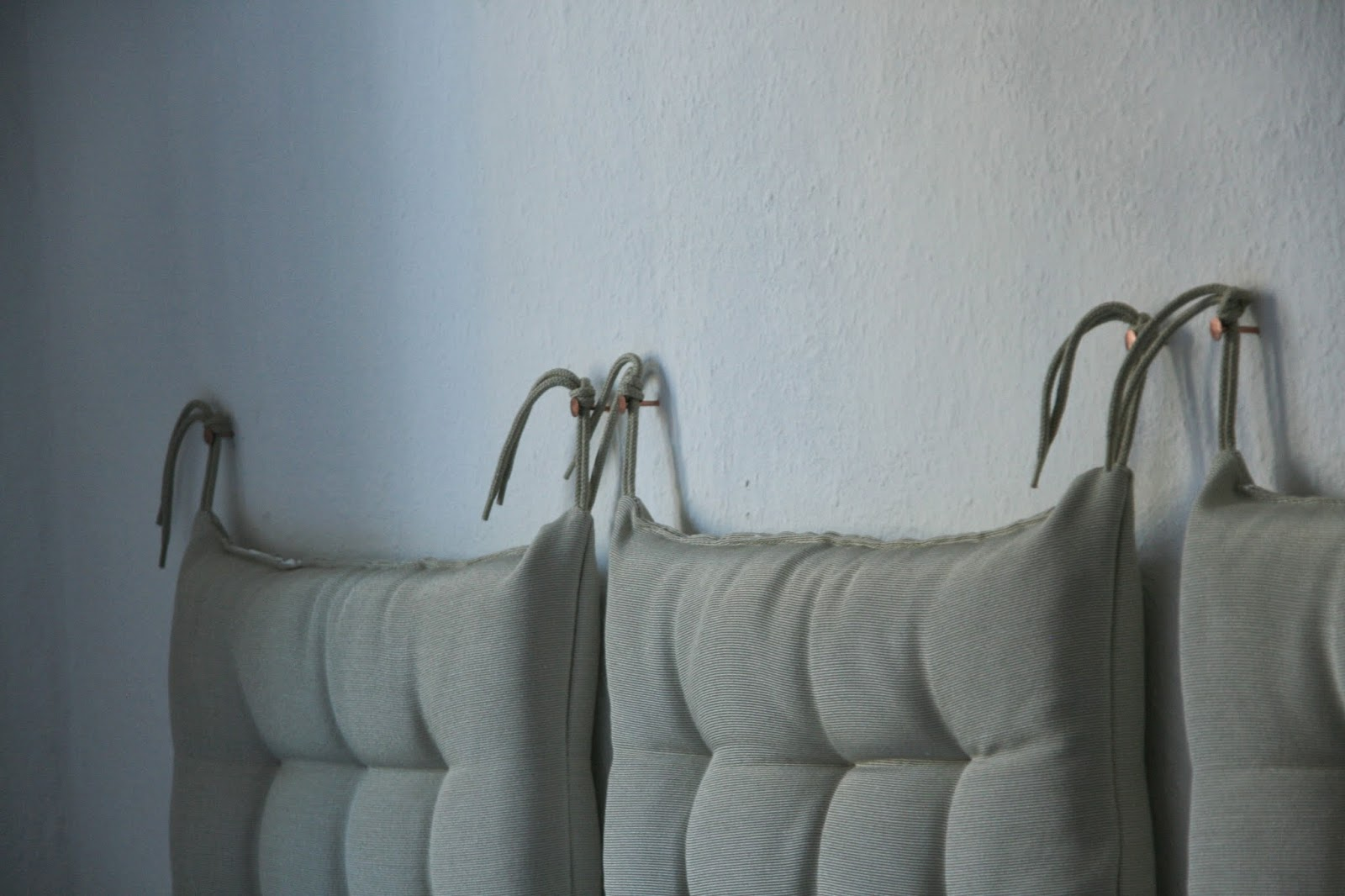 kissen an der wand befestigen ostseesuche com. Black Bedroom Furniture Sets. Home Design Ideas