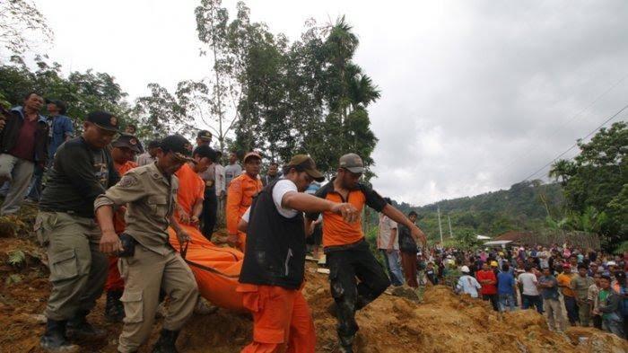 Petugas gabungan mengevakuasi jenazah korban longsor di Tobasa.