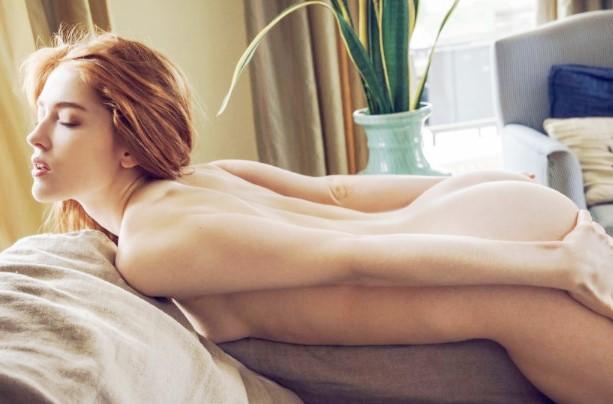 Эротика ню: Рыжая девка снимает трусы www.eroticaxxx.ru - эротические фото рыжих девок без трусов