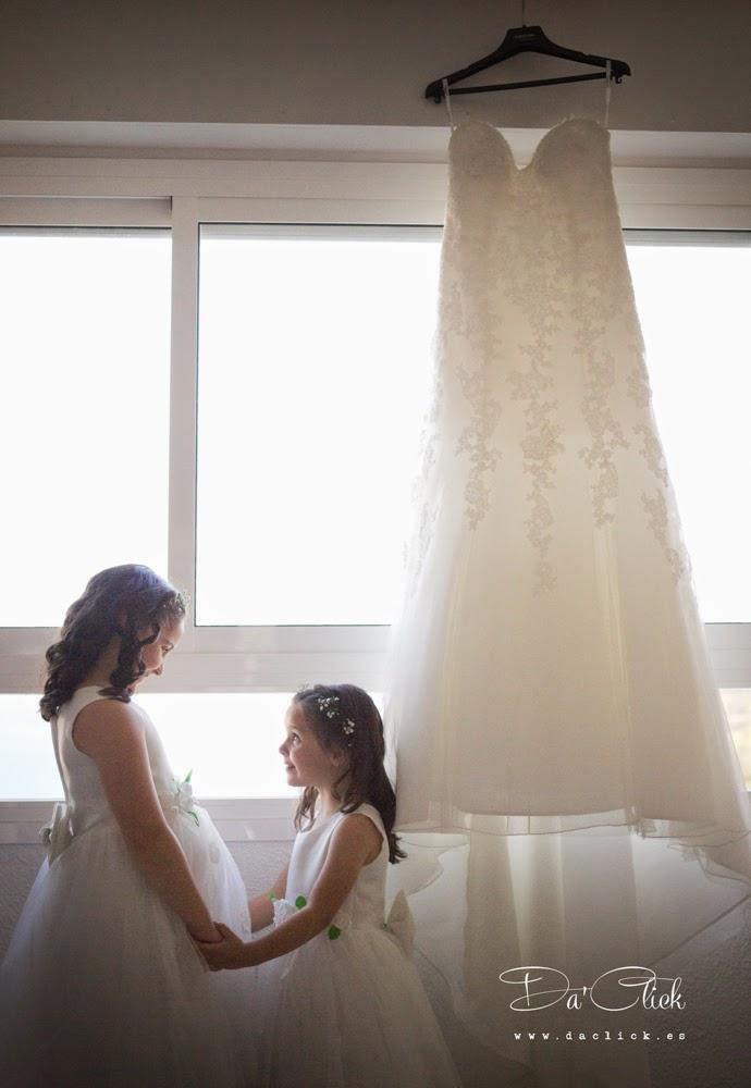 vestido de novia niñas cogidas de la mano
