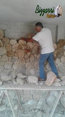Bizzarri ajudando na execução de um revestimento de pedra moledo na parede de uma adega em residência em Itatiba-SP. 09 de dezembro de 2016.