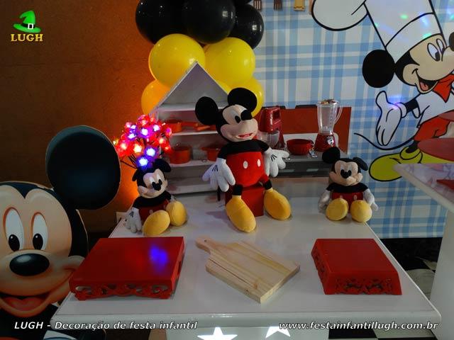 Mesa temática do bolo da Cozinha do Mickey para festa de aniversário masculino