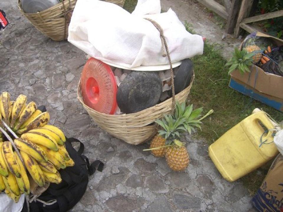 Alat tenda dan bahan makanan yang di muat oleh porter kita