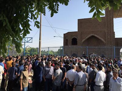 مراسم شانزدهمین سالمرگ احمد شاملو پشت درهای بسته گورستان کرج/مرداد 95