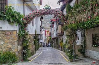 Flores en las calles de Cabezuela del Valle