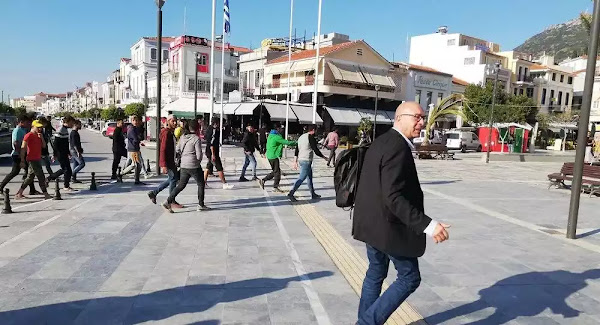 «Go now»: Δήμαρχος της Σάμου διώχνει μετανάστες από την πλατεία - Βίντεο
