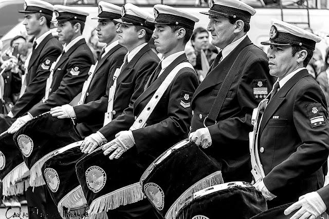Desfile bandas militares,grupo con tambores.
