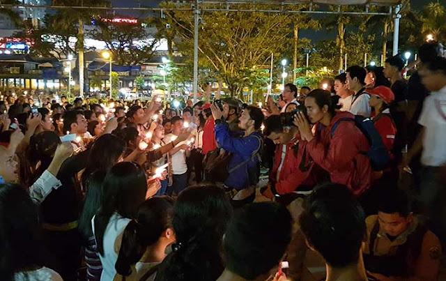 Masyarakat bermpul di Lapangan Merdeka Medan dan menyalakan lilin sebagai bentuk kecaman terhadap aksi serangan bom di Surabaya
