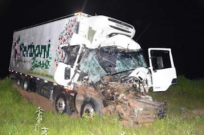Batida entre dois caminhões deixa motorista ferido e cabine de um dos veículos totalmente destruída em Luís Eduardo Magalhães