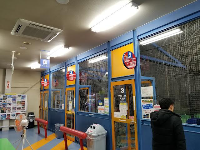 バッティングセンターのバッティングボックス前の画像