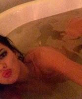 Karina Jelinek desnuda en la bañera tirando beso
