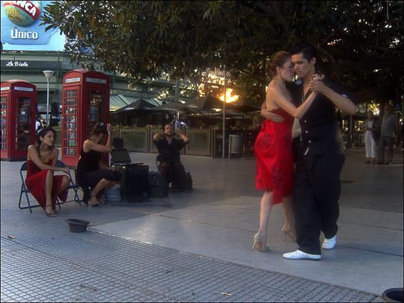 Bailando tango enel bar La Biela en Buenos Aires