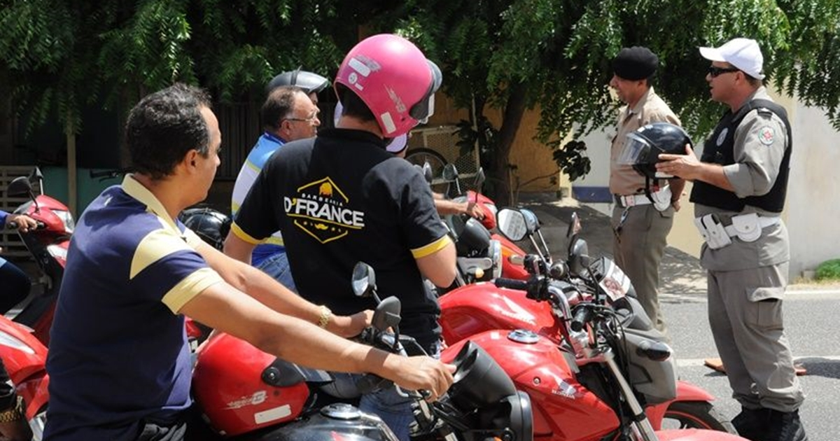 4ª CPTRAN conscientiza motociclistas durante blitz educativa, em Patos
