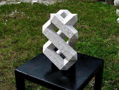 プリズム 万成石の久保極の彫刻