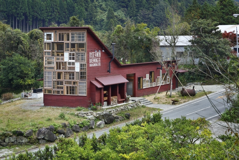 10-Kamikatz-Public-House-a-Pub-in-Japan-Built-out-of-Recycled-Materials-Hiroshi-Nakamura-&-NAP-www-designstack-co
