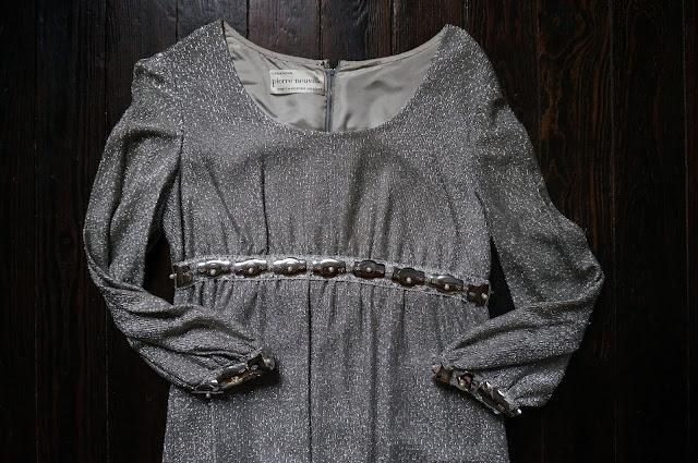 une robe Pierre Neuville , Prêt à porter de luxe en tissu métalisé argenté  60s space age silvered metallic dress 1960s 70s 1970s