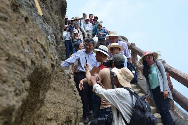 Tại chùa Hang các chuyên gia phát hiện nhiều vỉa bazan xếp chồng lên nhau