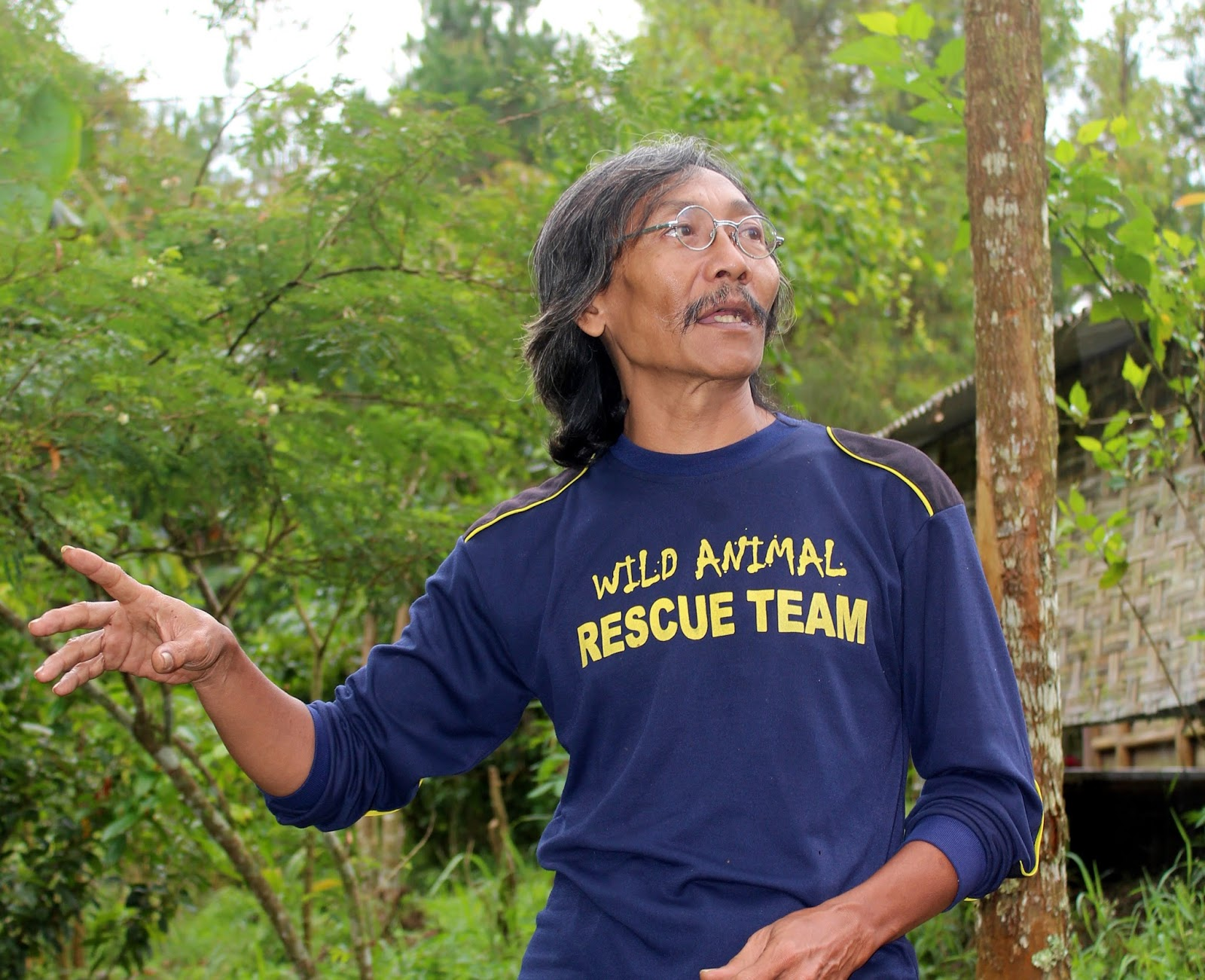 Indonesia Now With Duncan Graham August 2017 Tendencies Tshirt Fast Runner Putih L Syamsul Is An Active Member Of Animal Rescue And Release Field Camp In East Java See Breakout Left Dedicates His Work To Late Mother