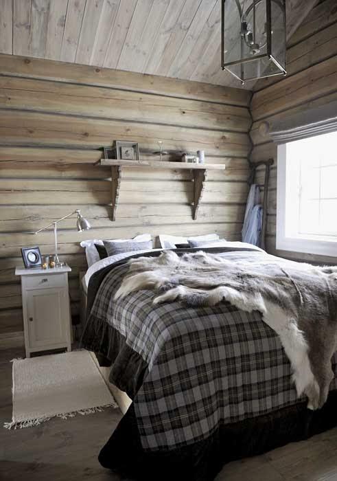 Piękny, drewniany dom u podnóża gór w Norwegii, wystrój wnętrz, wnętrza, urządzanie domu, dekoracje wnętrz, aranżacja wnętrz, inspiracje wnętrz,interior design , dom i wnętrze, aranżacja mieszkania, modne wnętrza, domy w górach, górska chata, domy drewniane, styl klasyczny, sypialnia