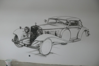 Malowanie na ścianie starego samochodu w pokoju młodzieżowym, mural 3D, szkic mercedesa