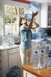 девушка пьет воду жара много воды