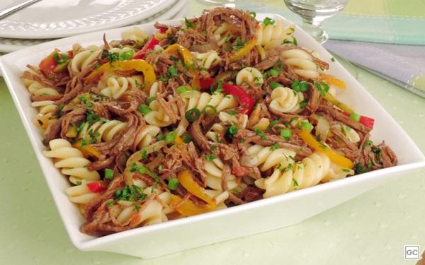 Receita de salada de macarrão com carne louca ( Imagem: Reprodução/Stela Handa)
