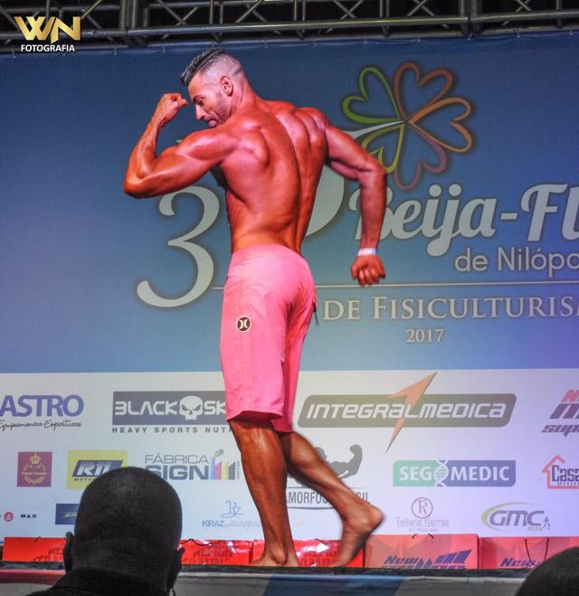 Breno Neves realiza poses compulsórias durante sua apresentação. Foto: William Netto