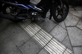 Παρκαρισμένο μηχανάκι πάνω στον οδηγό τυφλών