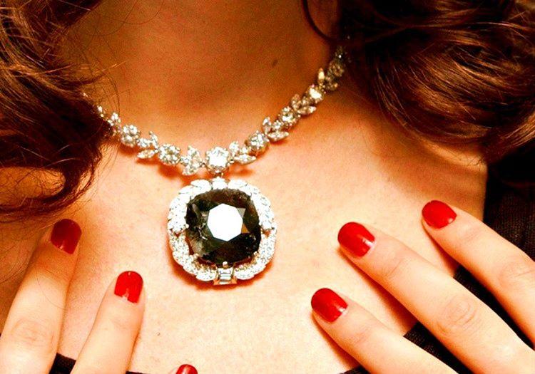 Bu şık siyah kolye paha biçilemeyen ve prenseslerin taktığı orlov elmasını taşımaktadır.