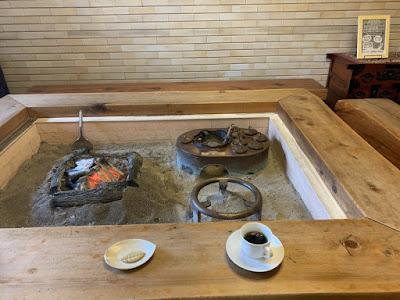 炉端でいただく食後のお菓子とコーヒー