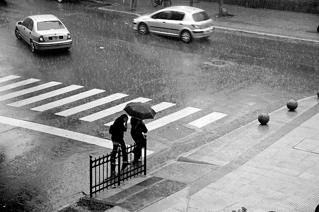 Pareja con paraguas bajo la lluvia,en Blanco y Negro