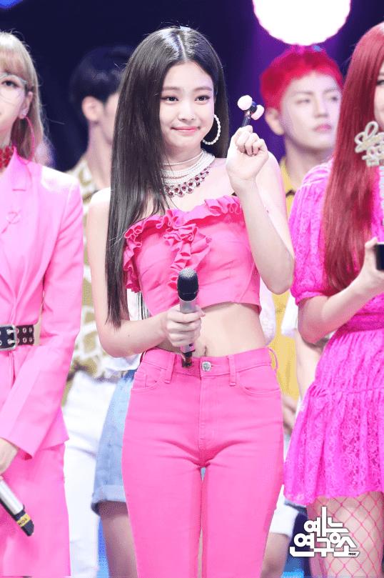 [THEQOO] Black Pink'in stilistinin değişmesinden sonra Jennie'nin kıyafetlerindeki değişim