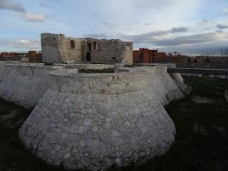 Edificio principal, zona del muro, torre y foso, y emplazamiento del puente