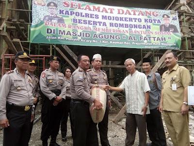 Kapolres Mojokerto Kota Serahkan Bantuan Material untuk Rehab Masjid Agung Al Fattah