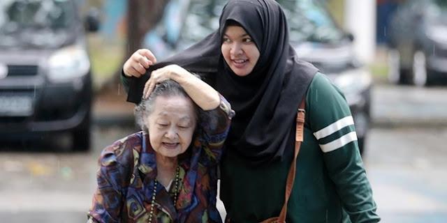 Cukup-Payungi-Nenek-Saat-Hujan,-Gadis-Ini-Terkenal-Tapi-Sedih