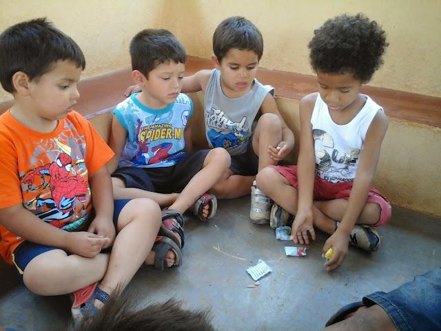 Resultado de imagem para crianças brincando de cinco marias