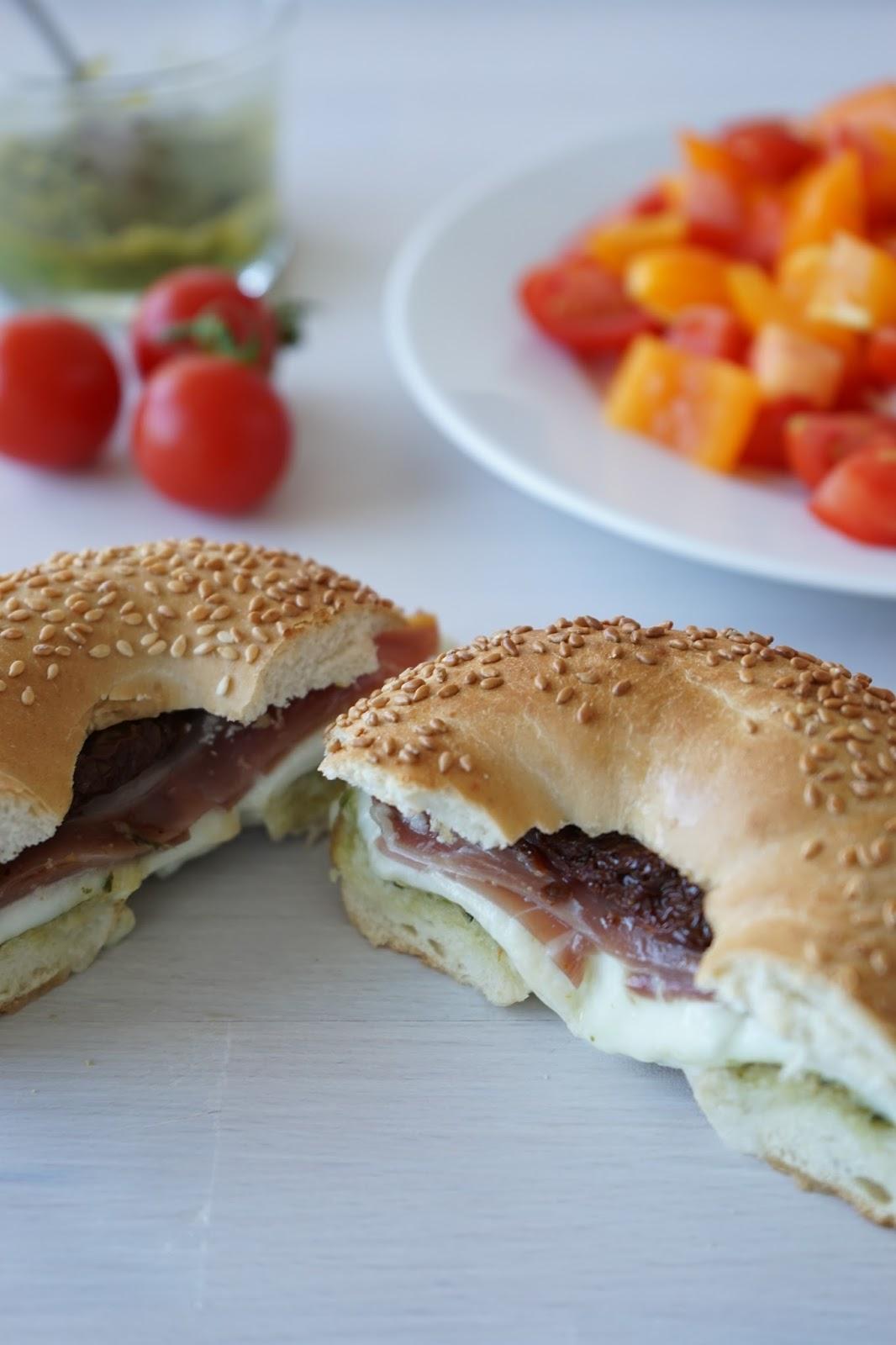 the cook time bagels pesto jambon cru mozzarella fondue et tomates confites que faire avec. Black Bedroom Furniture Sets. Home Design Ideas