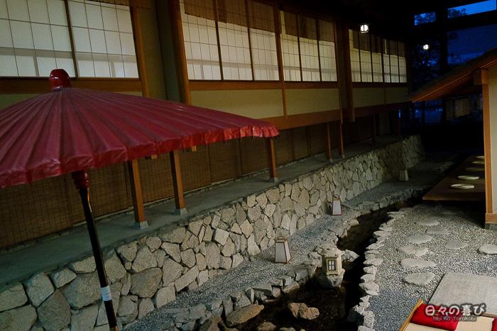 vue sur le jardin de rocaille du ryokan Mansuirou