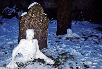 Zombie Schneemänner klettern aus Grab lustiger Friedhof Grabsteine