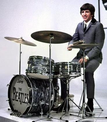 Foto de Ringo Starr con su instrumento