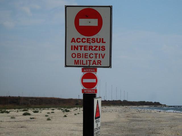 """Części plaży strzeże tabliczka """"zakaz wstępu"""""""