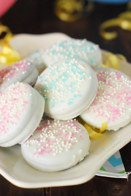 Baby Shower Oreos ~ With a dip in white chocolate & sprinkling of colored sugar, Oreos are ready to celebrate!  A fun and easy, crowd-pleasing baby shower treat.   www.thekitchenismyplayground.com
