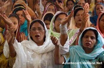 Mujeres cristianas pakistaníes alabando a Dios