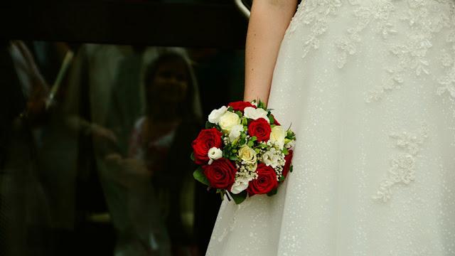 Una joven fue violada en la noche de bodas por un admirador secreto que fingió ser su esposo