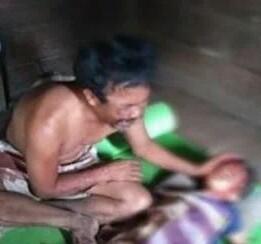 Orang tua korban pembunuhan di Tapsel mengangis di samping jenazah korban